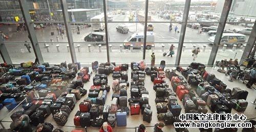 不少人因航班取消或延误滞留机场,伦敦希思罗机场3号客运大楼出现了一
