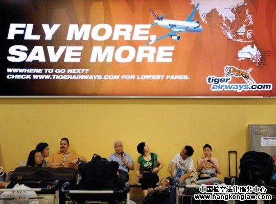 """对廉价航空公司来说,仅靠压榨成本维持利润增长,如同穿上停不下的红舞鞋。面对中国民航信息网络股份有限公司(TravelSky Technology Limited,简称""""中航信"""")对网上售票环节的垄断和利润吞噬,春秋航空有限公司(Spring Airlines Company Limited,简称""""春秋航空"""")押注信息化这一筹码,递出业界第一封挑战书。   继2009年上市计划搁浅之后,春秋航空日前宣布,公司将原定于2011年上市的计划再度推迟到2012年"""