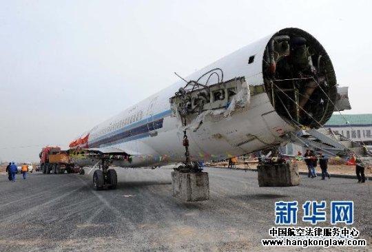 牵引车牵引着飞机行进在镇江航空航天