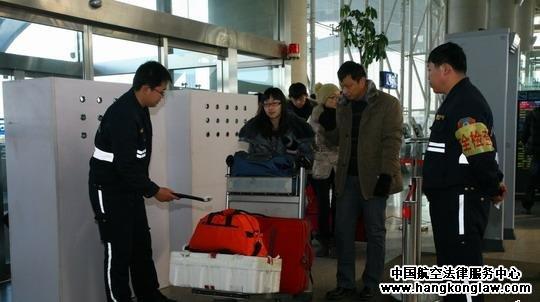 青岛机场安检升级 候机楼入口实行安全检查
